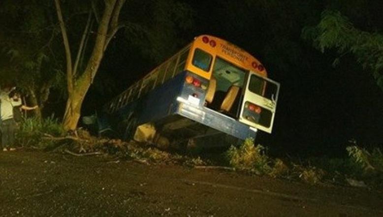 HIGÜEY: Choque entre un carro y un autobús deja un muerto y 30 heridos