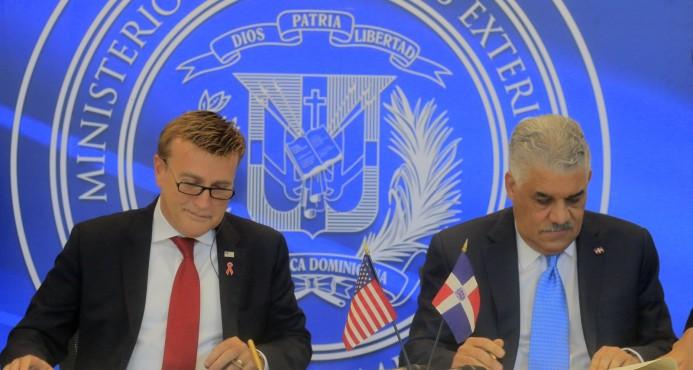 Rep. Dominicana y EU firman acuerdo autorización aduanal transporte aéreo