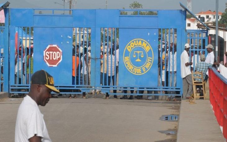 Haitianos cierran frontera en protesta retención aduana RD furgones azúcar
