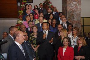 Congreso Nacional enciende tradicional árbol de Navidad