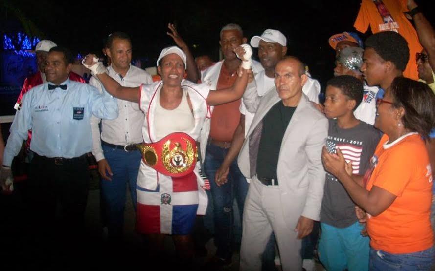 Santana y Castillo ganan cetros de boxeo