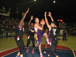 Buitres vencen Laguneros en basket superior de SC