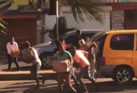 """También saquearon un minibús """"pollito"""" con cajas navideñas en Villa Duarte"""