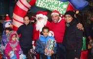 Concejal dominicano entrega juguetes a niños de Paterson, NJ