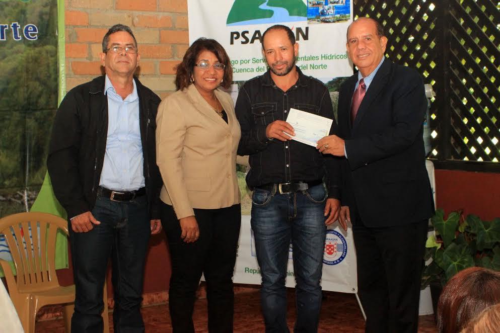 LA VEGA: Entregan recursos productores Jarabacoa y Constanza