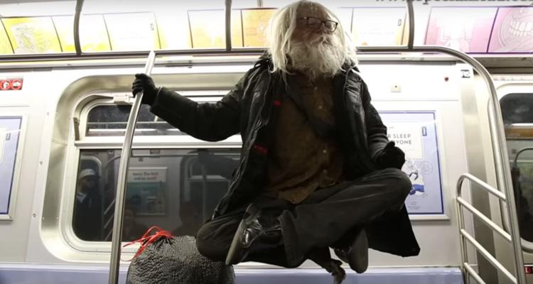 """Video muestra a un vagabundo """"levitando"""" en tren de Nueva York"""