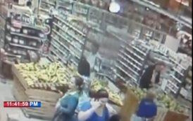 Mujer dice le robaron en un supermercado de la Winston Churchill