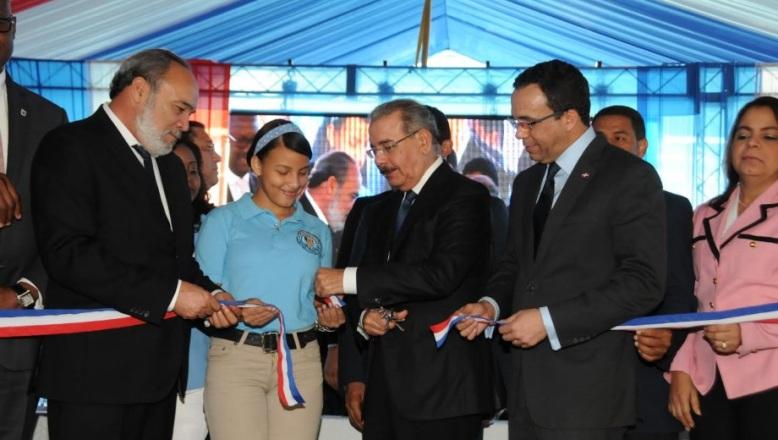 Presidente Medina entrega dos escuelas comunidad Los tres Brazos de la Capital