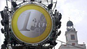 El euro celebra sus 15 años rozando la paridad con el dólar