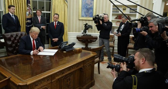 """Lo primero que hizo Trump fue firmar decreto contra el sistema """"Obamacare"""""""