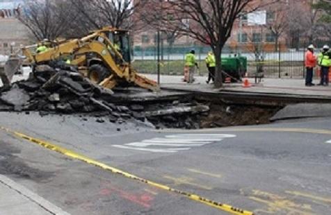 NUEVA YORK: Se abre calle y se traga dos vehículos en el Alto Manhattan
