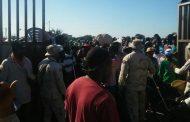 Haitianos dirigidos por funcionario de su país bloquean el paso a RD