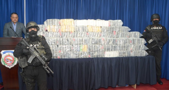 Ocupan 411 paquetes de droga y arrestan a ocho en una lancha