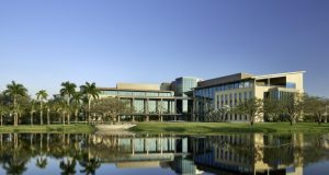 Médico oncólogo dominicano dirige el Miami Cáncer Institute