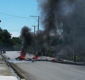 VILLA TAPIA: Protestan en demanda solución aguas negras