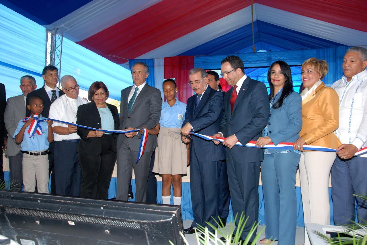 SDO: Presidente inaugura una escuela básica en Palavé