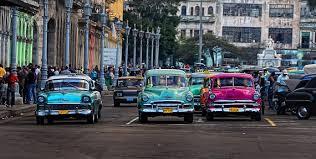 Impresionan a los turistas los autos cubanos