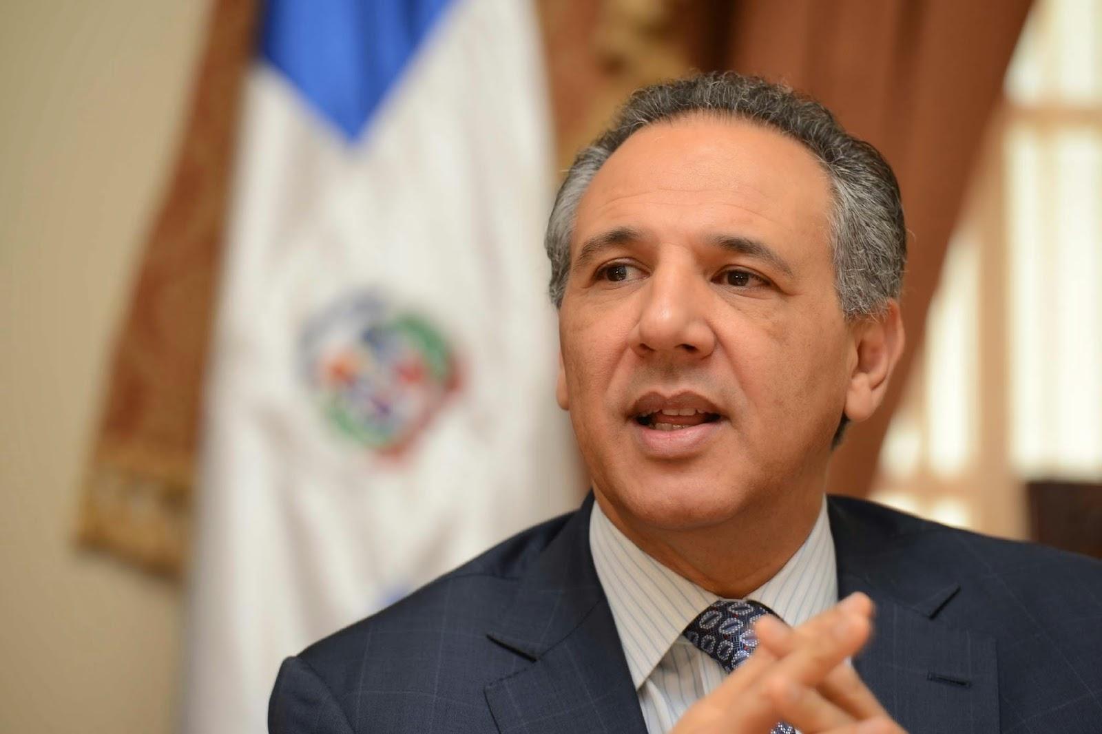 Ministro revela Gobierno planea cobrar servicios de salud a los extranjeros