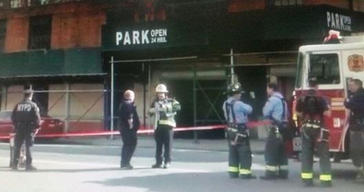 Se derrumba parqueo en El Bronx y aplasta decenas de autos