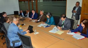 Ministro Santana y el FMI pasan revista a economía y temas sociales del país