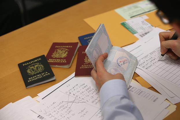 Recomiendan no salir de EU a dominicanos hayan tenido problemas judiciales