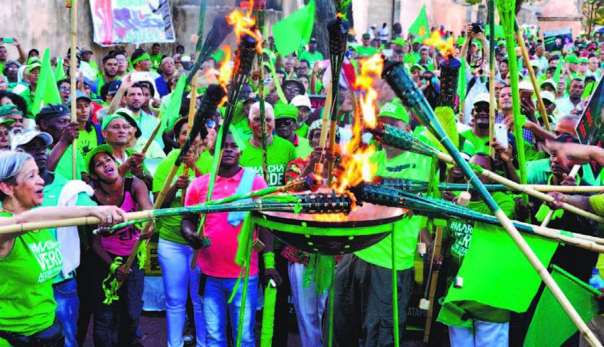 Capitaleños reciben a la antorcha contra corrupción en el parque Independencia