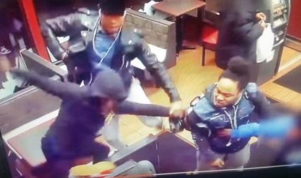 Grupo de pandilleros asalta negocio de comida rápida en Brooklyn