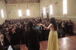 Violinista Aisha Syed brilla en escenarios italianos