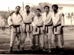 Equipo del Instituto Politénico Loyola Campeón Nacional de Judo del 1971 al 1973, compuesto, de izquierda a derecha, por Carlos Miguel Socías Rodríguez, José Adolfo Uribe López, Santiago (Quiquito) Cuesta Díaz, Jaime Casanova Martinez y Francisco (Frank) Alcántara Mateo.