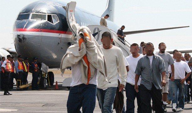 Llegan al AILA 85 ex reos dominicanos deportados desde Estados Unidos