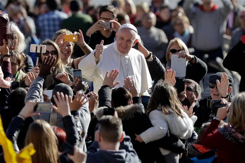 El papa Francisco pide a la gente revisar la Biblia tanto como los celulares