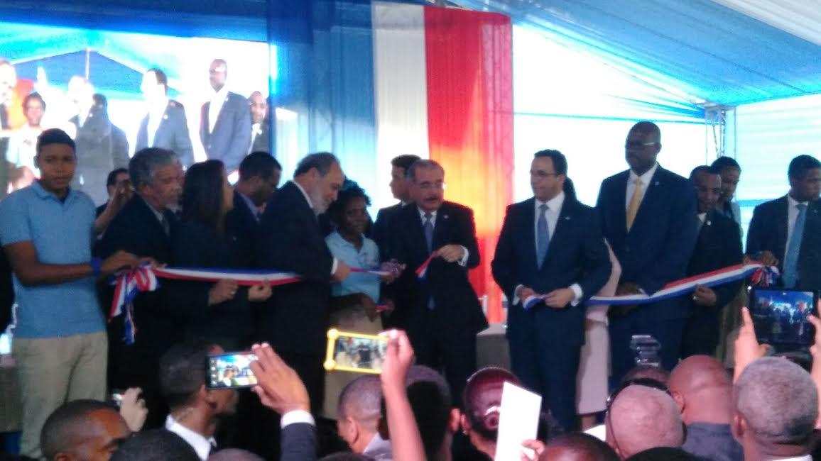 Danilo Medina inaugura escuela de 28 aulas en barriada de Santo Domingo Este