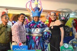 Sergio Vargas y Musicólogo en carnaval Los Alcarrizos