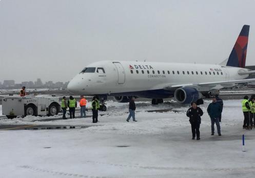 Avión Delta queda atascado en banco de nieve en aeropuerto LaGuardia