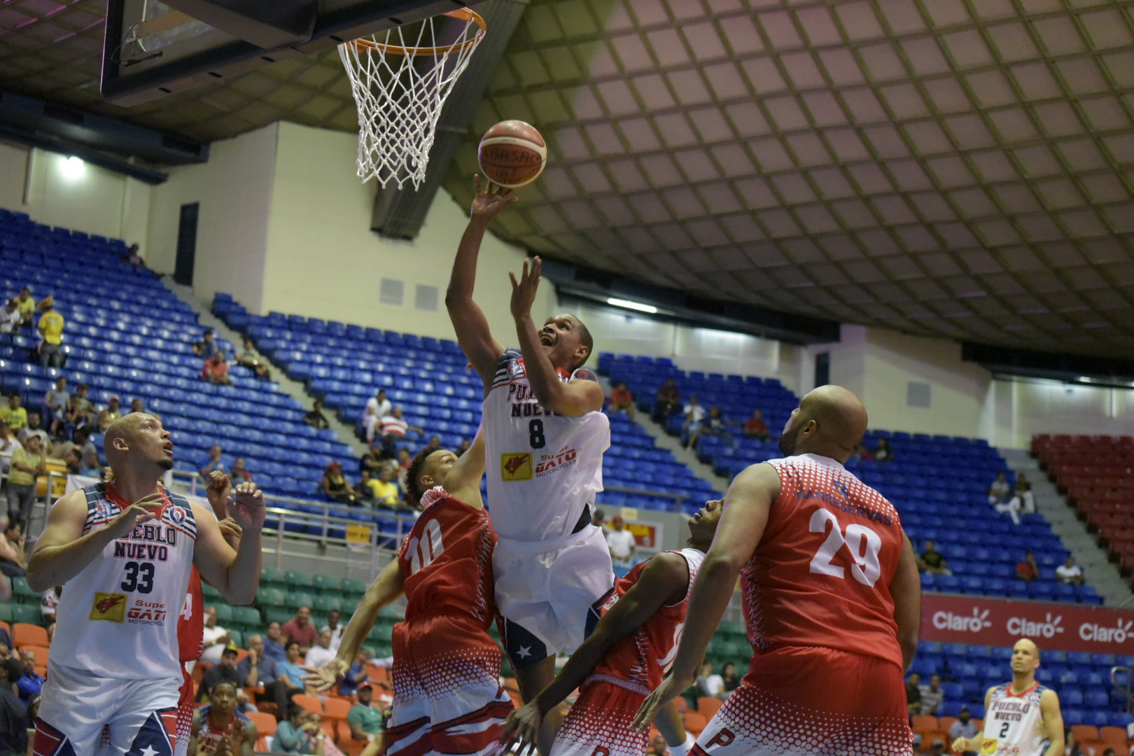Plaza y Cupes ganan en el baloncesto de Santiago