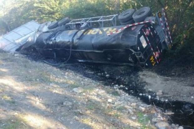 Fallece conductor de un camión tanquero que se volcó en la carretera Baní-Azua