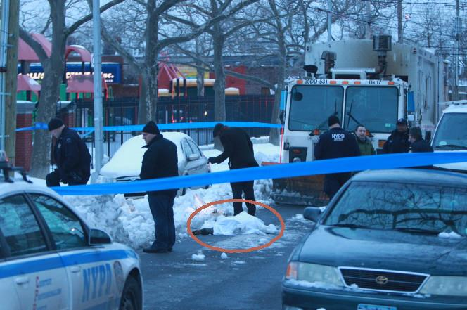 Hallan enterrado en la nieve cuerpo de joven con un tiro en la cabeza