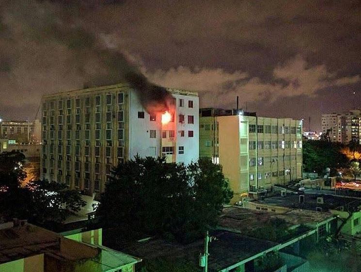 Incendio afecta edificio de consultorios Centro Médico UCE, en Santo Domingo
