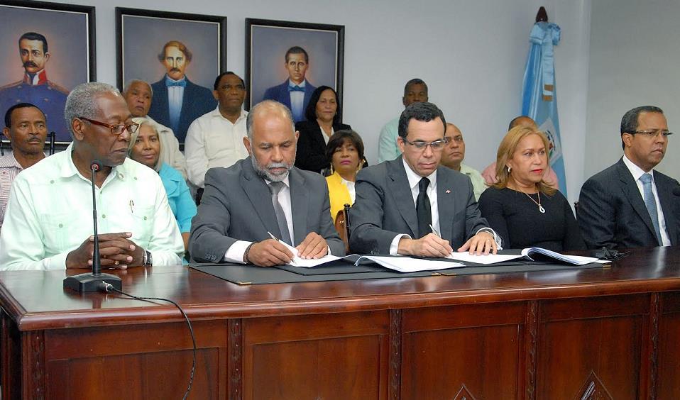 Acuerdan aumento salarial 10% y otras mejoras para los maestros dominicanos