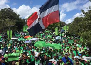 La marcha recorrió barrios y sectores de esta urbe, donde los participantes exhibían letreros alusivos a la corrupción y en demanda de justicia, así como caricaturas con figuras del escenario político nacional.