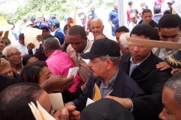 PEDERNALES: Danilo visita la Cueva de los Pescadores con grupo inversionistas