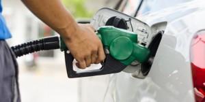 El Gobierno rebaja entre cuatro y un peso a precios mayoría combustibles