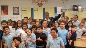 PATERSON: Concejal Alex Méndez entrega 5 mil dólares a estudiantes