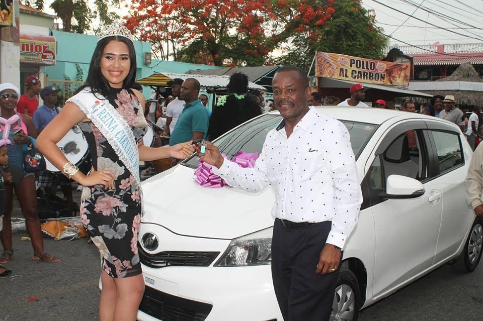 BOCA CHICA: Alcalde entrega carro a reina del carnaval