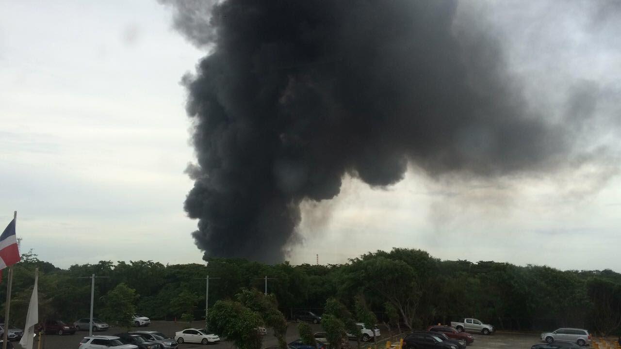 Choque de camión tanquero provoca un incendio cerca de Refinería de Petróleo