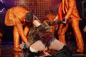 Jennifer López sufre percance mientras bailaba en concierto