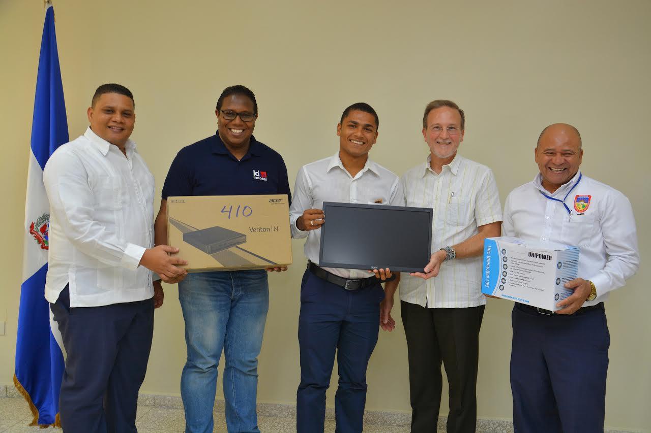BARAHONA: Indotel e Industria y Comercio entregan computadoras