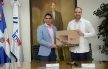 Indotel entrega computadoras a la Federación Baloncesto