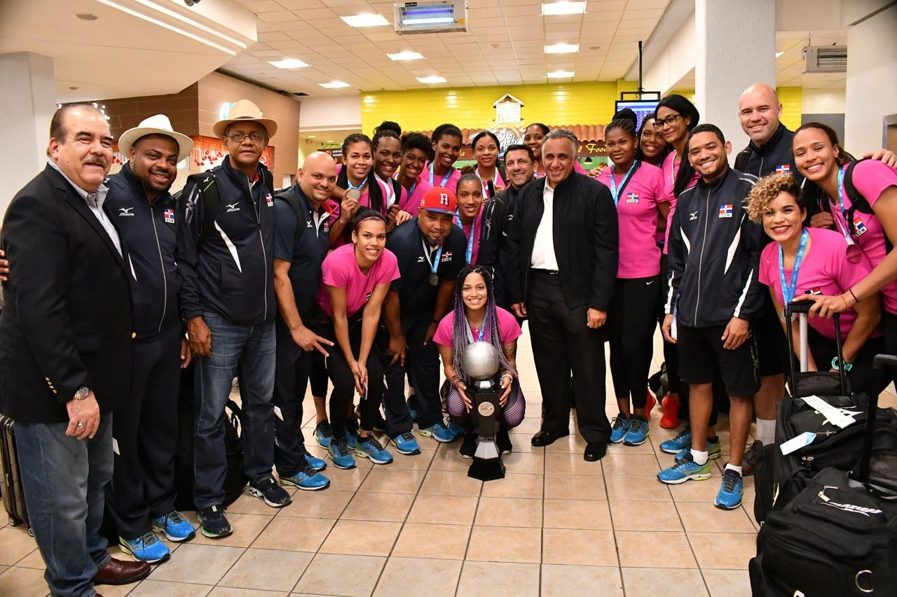 Equipo voleibol femenino de RD llega con entusiasmo