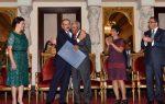 Presidente entrega Premio Nacional de Periodismo a Osvaldo Santana